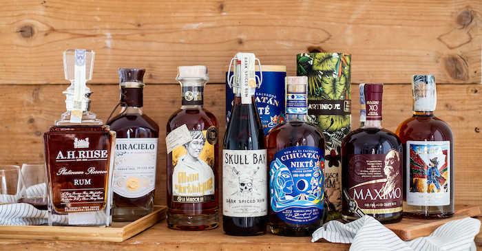 Láhve rumu různých zna�ek