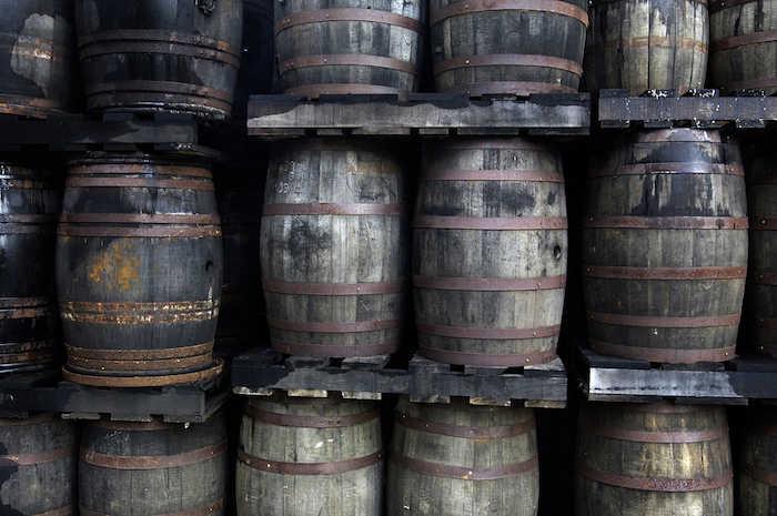 Řady dubových sudů ke zrání rumu